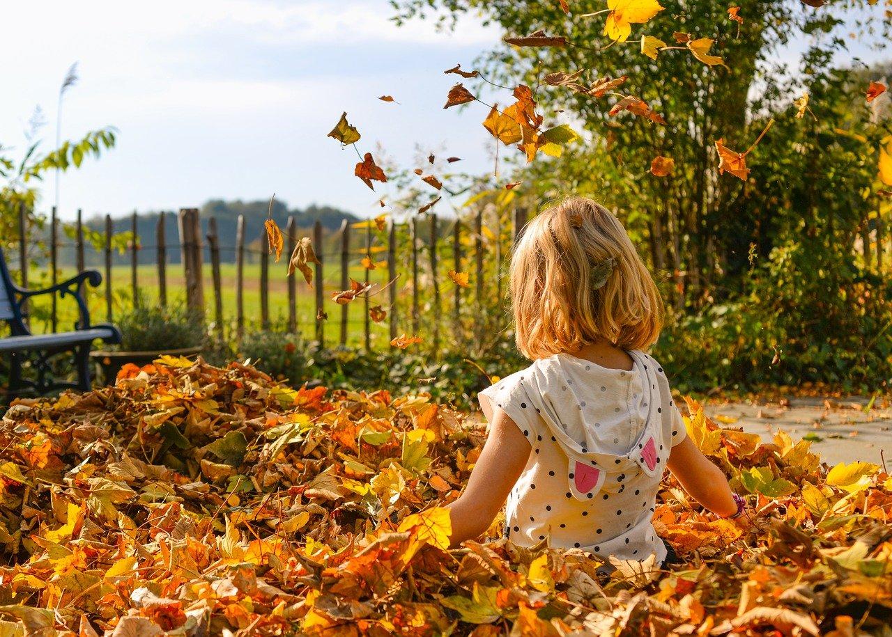 Prévoyez d'habiller vos enfants en adéquation avec l'activité et le lieu dans lequel vous allez pour éviter de les empêcher de bouger comme ils pourraient en avoir envie.