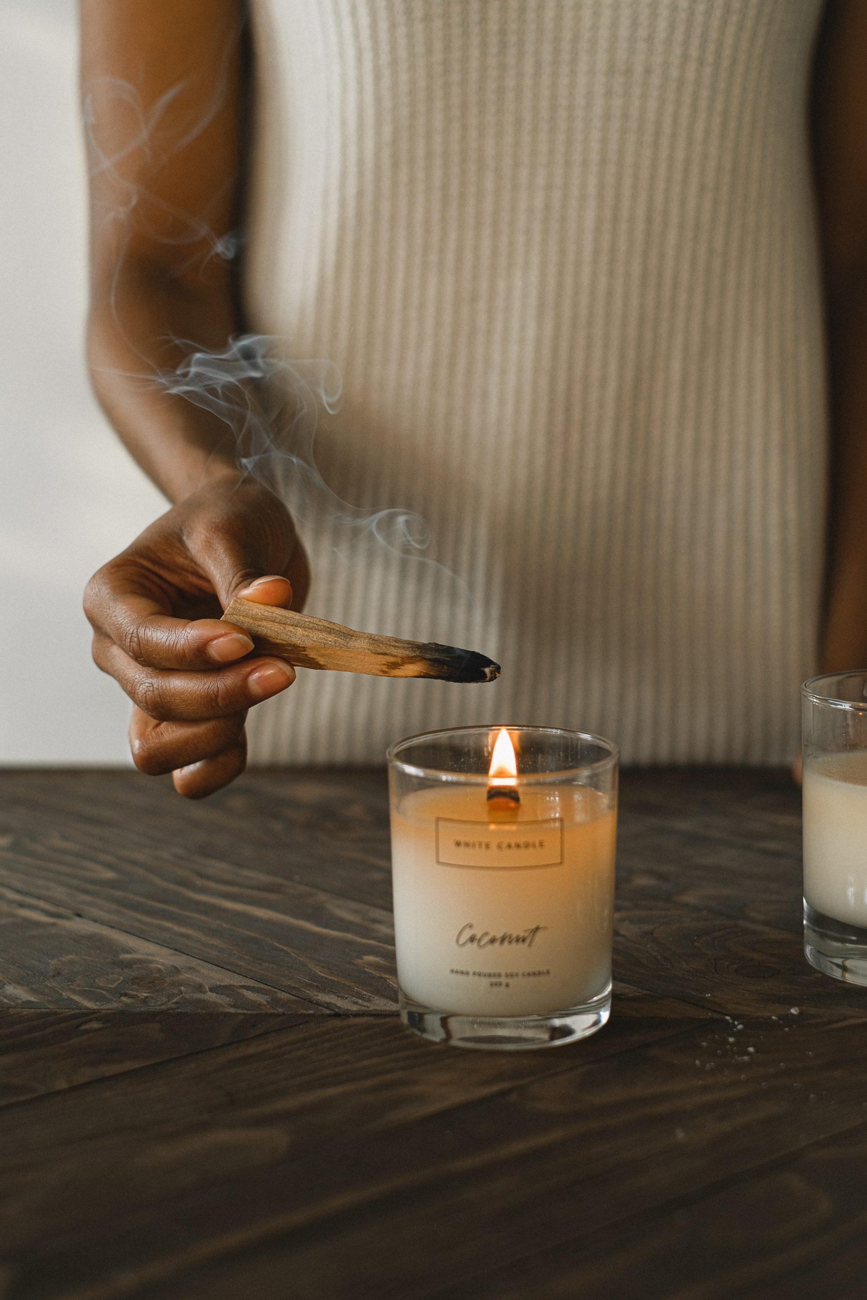 Les bougies parfumées au parfum naturel sont un moyen de faire entrer la nature chez soi.