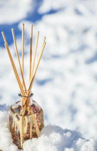 Les bâtons d'encens au parfum naturel sont un moyen de faire entrer la nature chez soi.