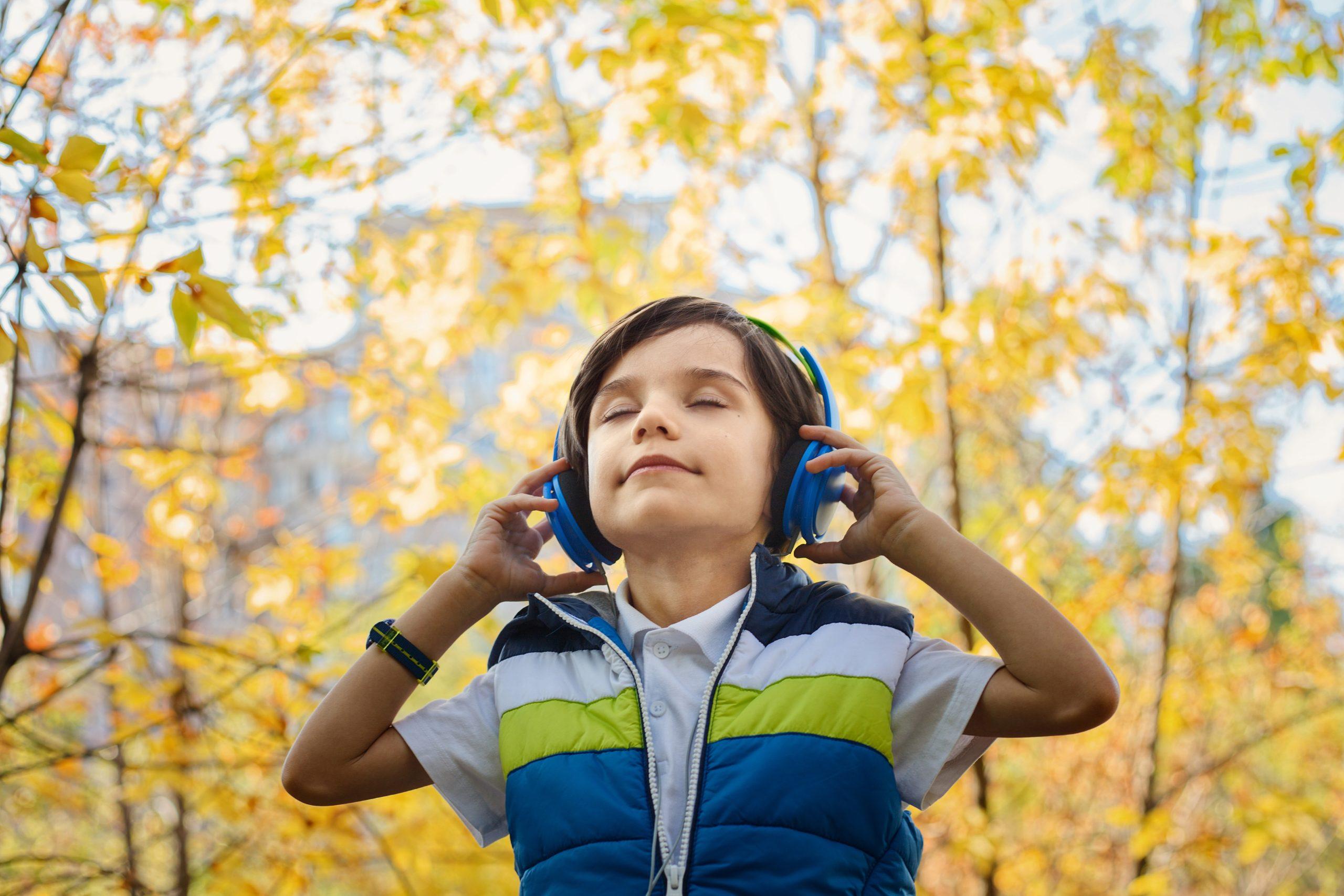Maria MONTESSORI a mis l'accent dès le plus jeune âge sur le développement des 5 sens dont l'ouïe.