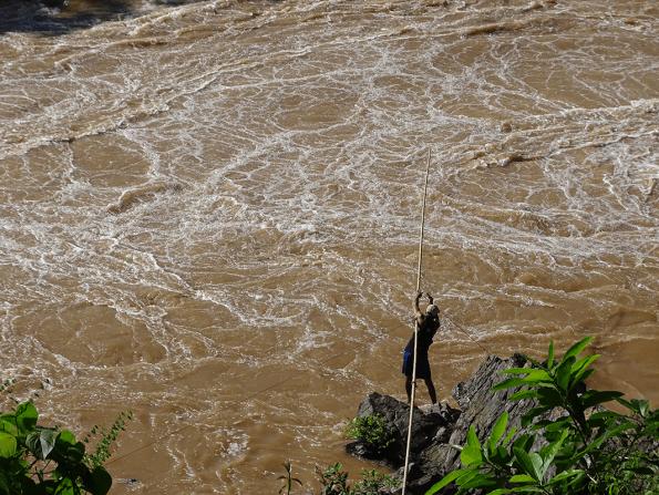 pêcheur installant ses filets dans les chutes de Li Phi