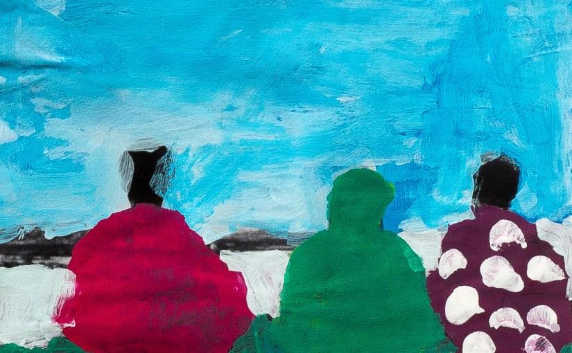 Trois personnages devant un ciel bleu