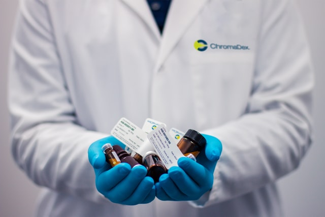 auxiliar-de-enfermagem-administrando-medicamentos