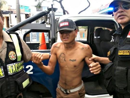 Vecinos castigan a correazos a delincuente (2)