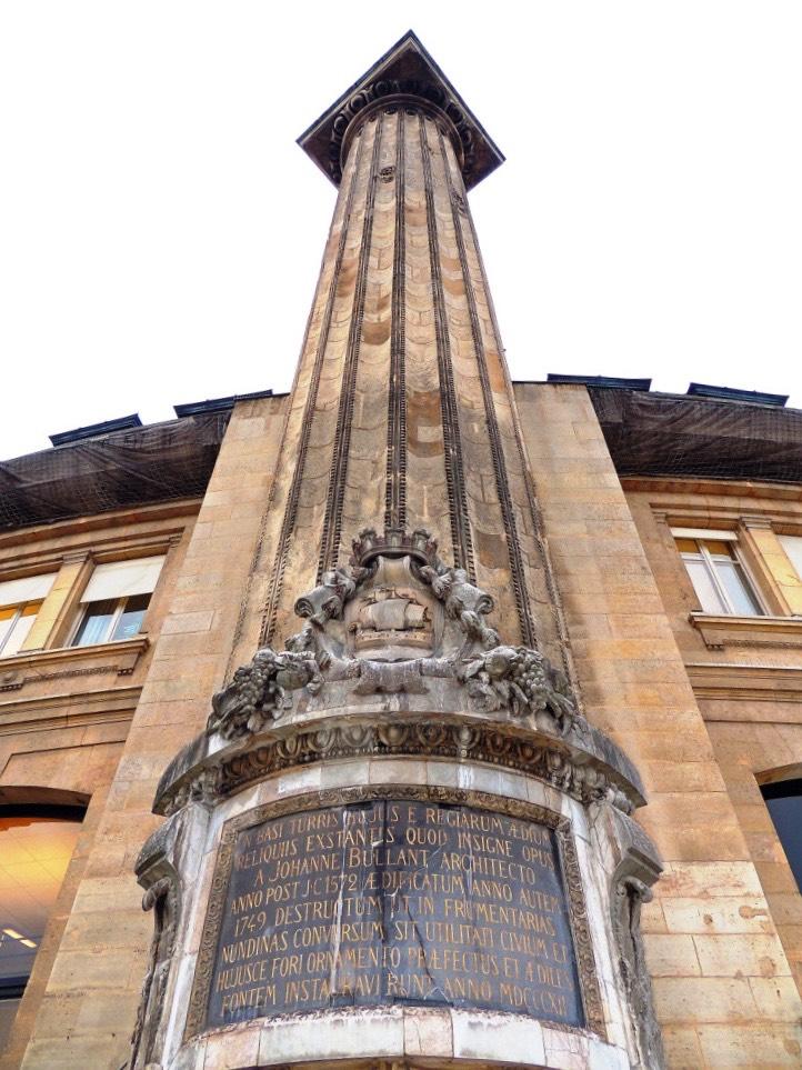 La tour d'astrologie près des Halles