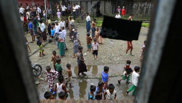 Buddhists torch Muslim homes in Myanmar