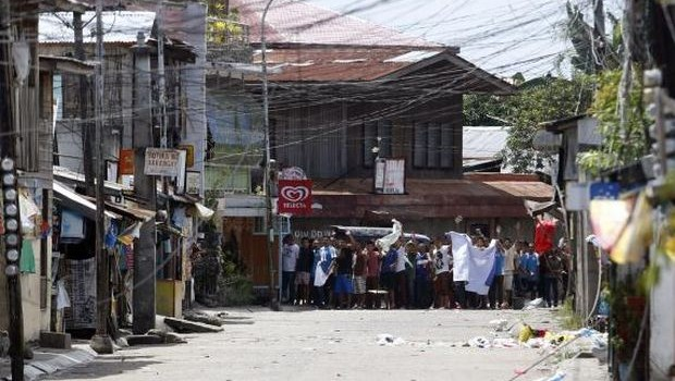 Muslim rebels display human shield tied by rope in southern Philippine standoff