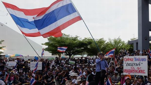 Thai protesters padlock state-run offices