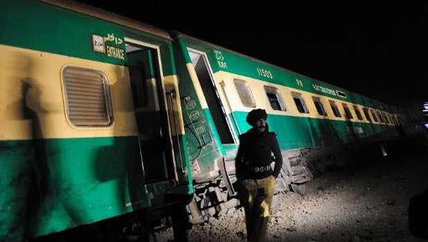 Bomb derails train in southwest Pakistan