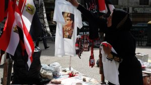 A vendor hangs a T-shirt with a picture of Field Marshal Abdel Fattah al-Sisi on a tree in Tahrir square in Cairo February 22, 2014. REUTERS/Asmaa Waguih