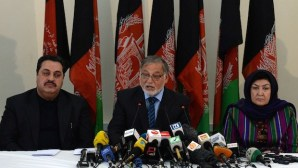 Head of the Afghan Independent Election Commission Ahmad Yousuf Nuristani (C) speaks during a press conference in Kabul on May 15, 2014. (AFP PHOTO/WAKIL KOHSAR)