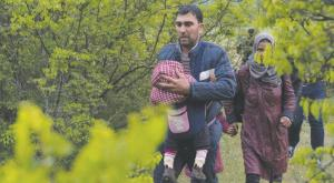 Syrian refugees crossing the Macedonia-Greece borders on Saturday
