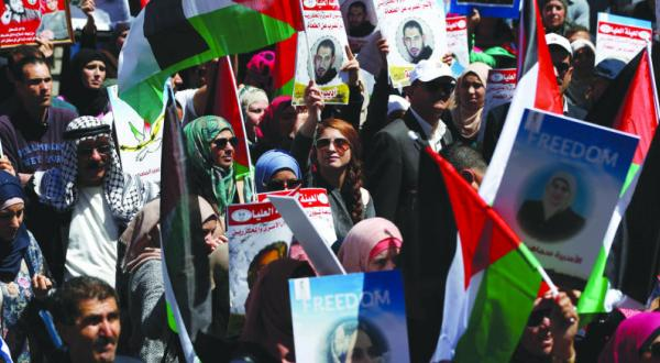 Palestinians Mark Prisoners' Day Promising to Free Captives from Israeli Prisons