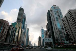 Motorists drive along Sheikh Zayed road in Dubai December 25, 2009.- REUTERS/MOSAB OMAR