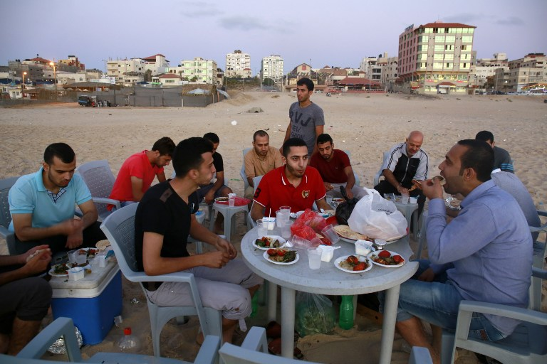 Lack of Electricity Pushes Gazans to Spend Ramadan on Beach