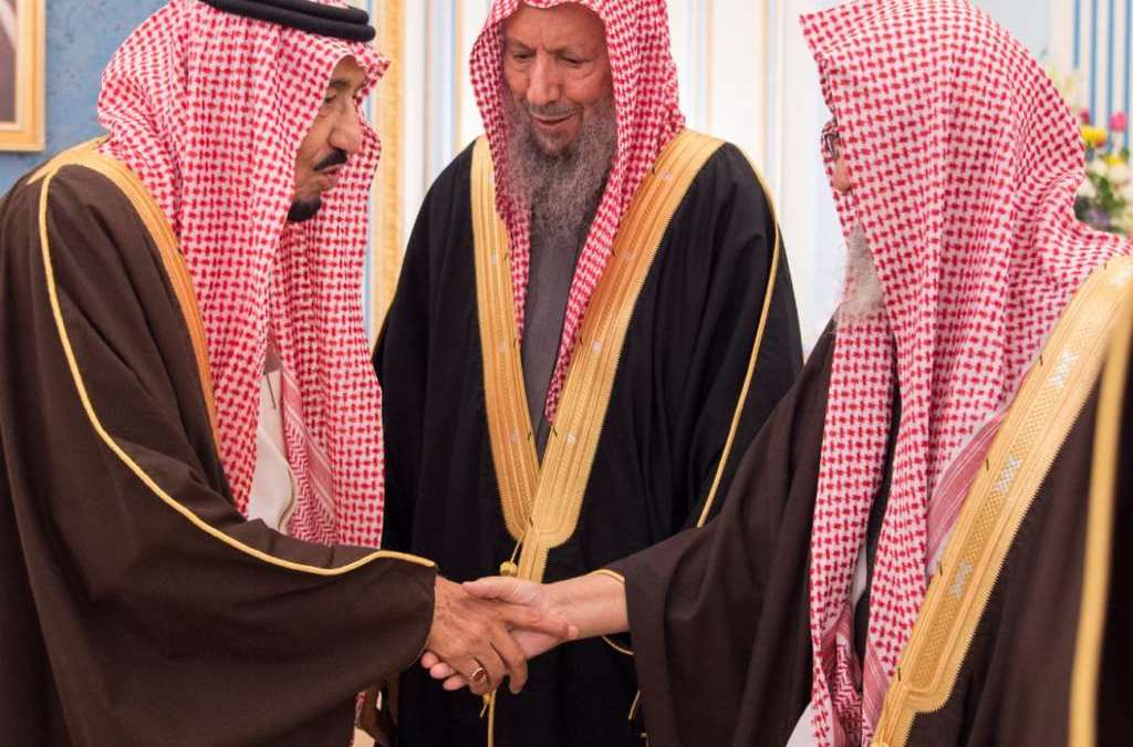 King Salman Receives Scholars, Imams of Grand Mosque