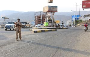 A member of the security forces patrols a street in the Yemeni port of Mukalla, 480 km (300 mi) east of Aden, on May 3, 2016 (AFP Photo/)