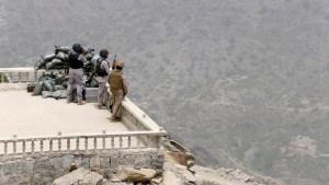 Saudi soldiers take their position at Saudi Arabia's border with Yemen April 6, 2015. REUTERS/Faisal Al Nasser - RTR4W9IH