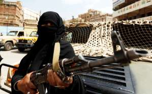 An armed woman loyal to the Houthi movement holds a rifle as she takes part in a parade to show support for the movement in Sanaa, Yemen September 6, 2016. REUTERS/Khaled Abdullah
