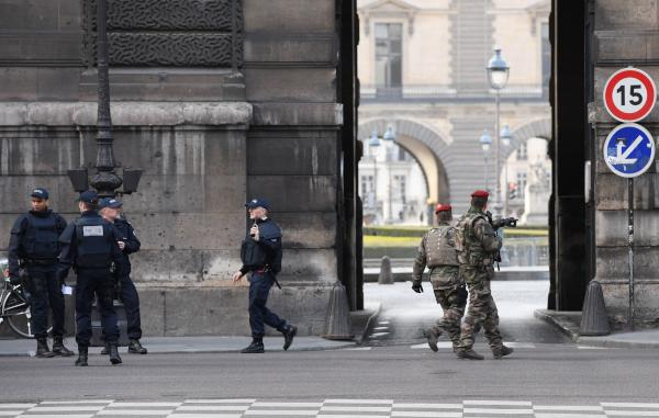 Paris' Louvre Reopens 24 Hours after Terrorist Attack