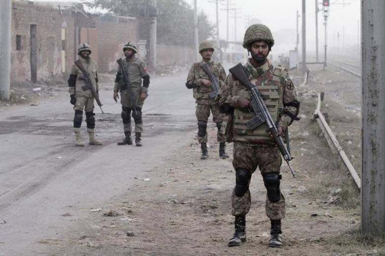 At Least 10 Killed in Roadside Bomb in Pakistan