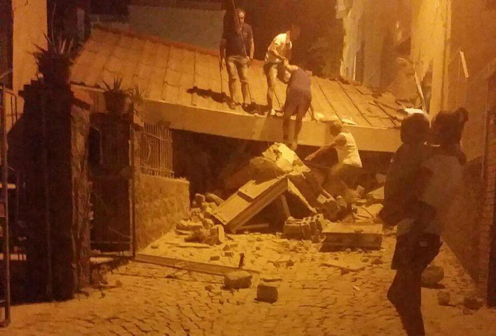2 Dead after Quake Strikes Italy Holiday Island