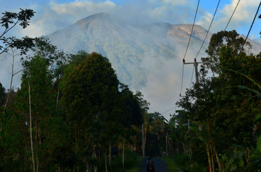 Thousands in Bali Flee from Mount Agung after Volcano Alert