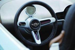 Looks like a good wheel. 3-spokes, leather/Alcantara combination. Nice.