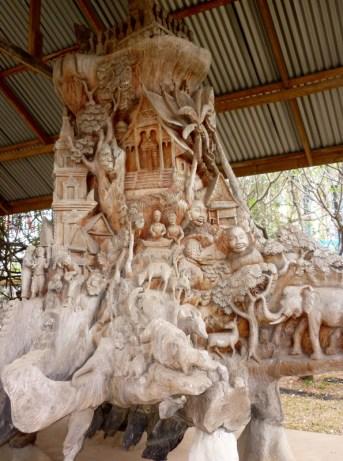 Etwa drei Meter hohe Wurzel vor dem Nationalmuseum in Vientiane: die preisgekrönte Arbeit zeigt Szenen aus laotischer Geschichte und Tradition, die Arbeit ist unglaublich interessant anzusehen, man findet in jedem Eck der Wurzel neue Motive und Figuren!