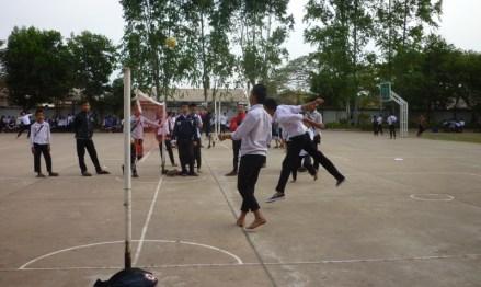 Sekap Takraw ist vor allem bei den Jungs der beliebteste Sport in den Pausen und vor Schulbeginn