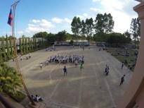 Blick vom zweiten Stock auf den Schulhof