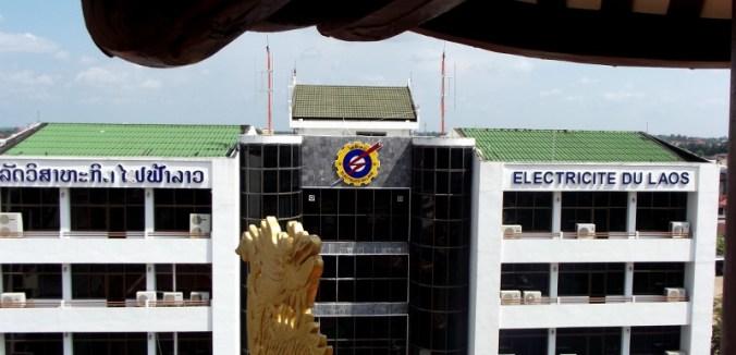 Öffentliche Gebäude haben meist noch zusätzliche Namen in Französisch, wie hier in Vientiane