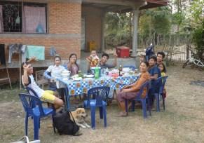"""Gern wird man von Laoten als Ausländer (oder laotisch farang, was so viel wie """"Langnase"""" bedeutet) zum Essen eingeladen, wie hier bei Mr. Bounleud und seiner Familie zuhause"""