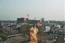 Blick von einem Tempel in Vientiane auf den Neubau einer Shopping Mall