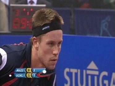 En dybt koncentreret Michael Maze er klar til at modtage serven fra Werner Schlager ved stillingen 9-5 i femte sæt efter at Maze har vundet 3 sæt og blot er 2 bolde fra finalesejren!