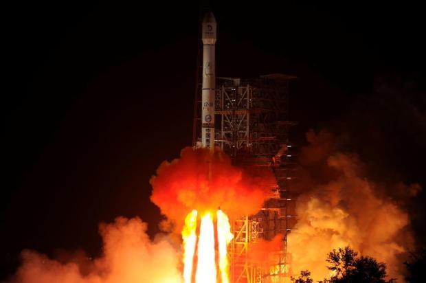 China lança sonda lunar