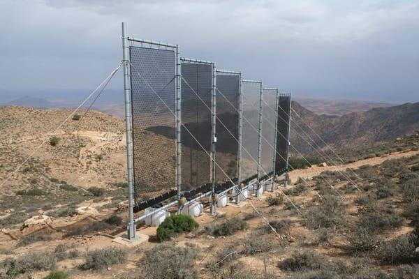 Condensadores de água instalados em Marrocos para captar orvalho.