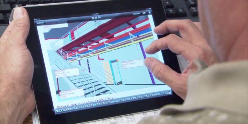 Pessoa usando tablet com realidade aumentada
