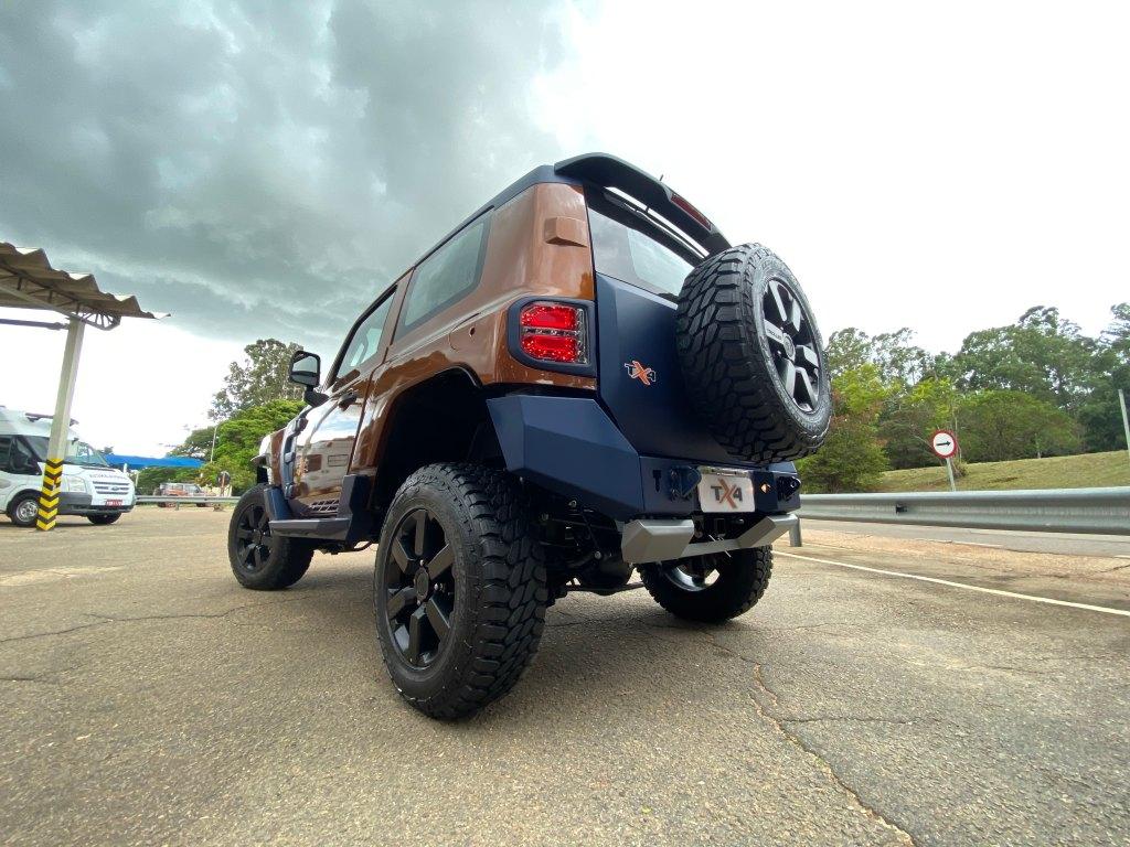 Foto do troller TX4 em estrada com céu azul ao fundo