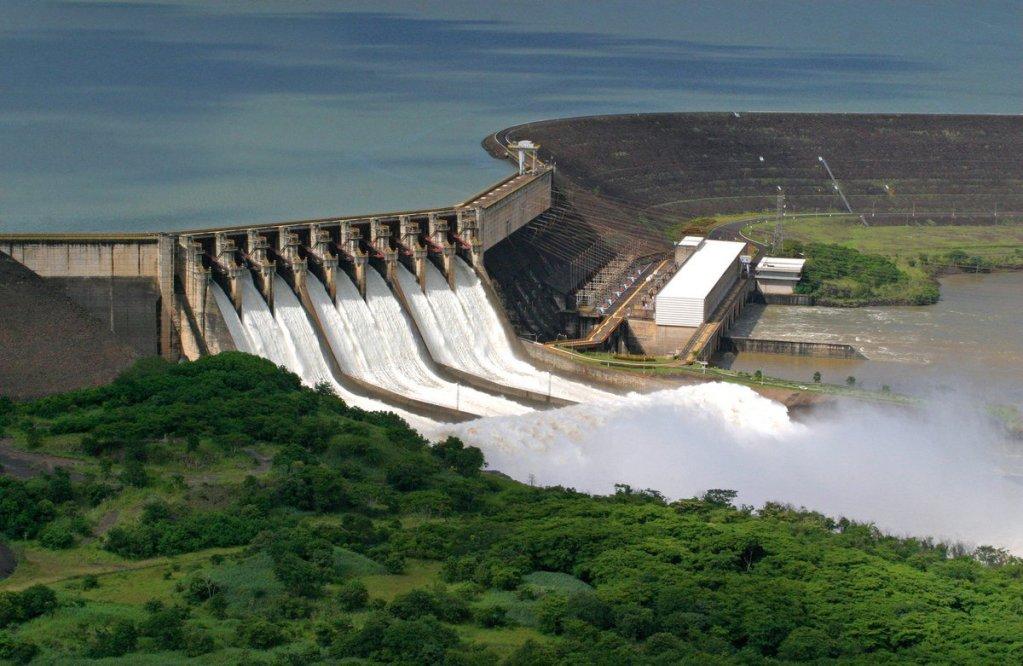 A imagem mostra a Usina de Itaipu Binacional. Uma das maiores hidrelétricas do mundo