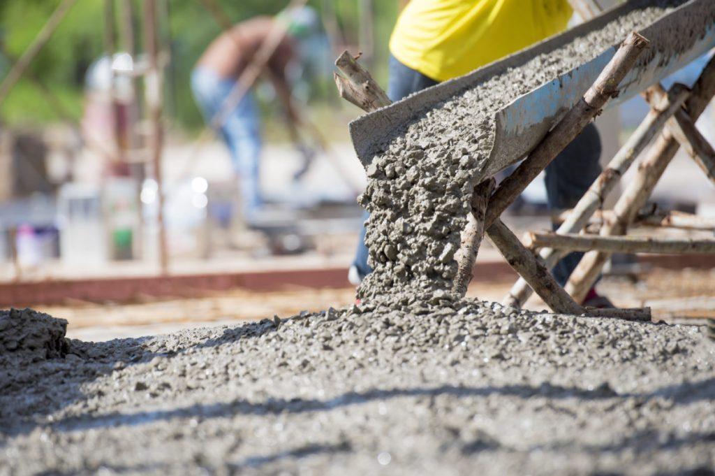 Calha de lançamento de concreto em obra.