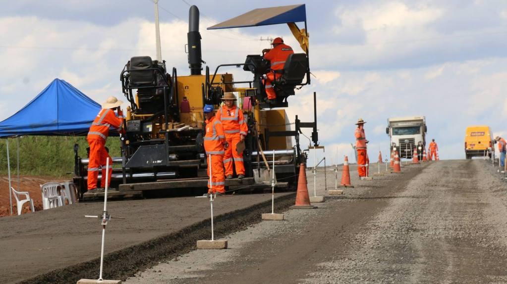 Obra de pavimentação com máquinas e base com brita.