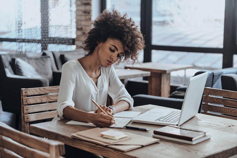 mulher trabalhando com laptop sobre a mesa em home office