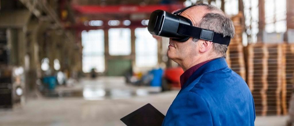 homem com visor de realidade virtual/aumentada