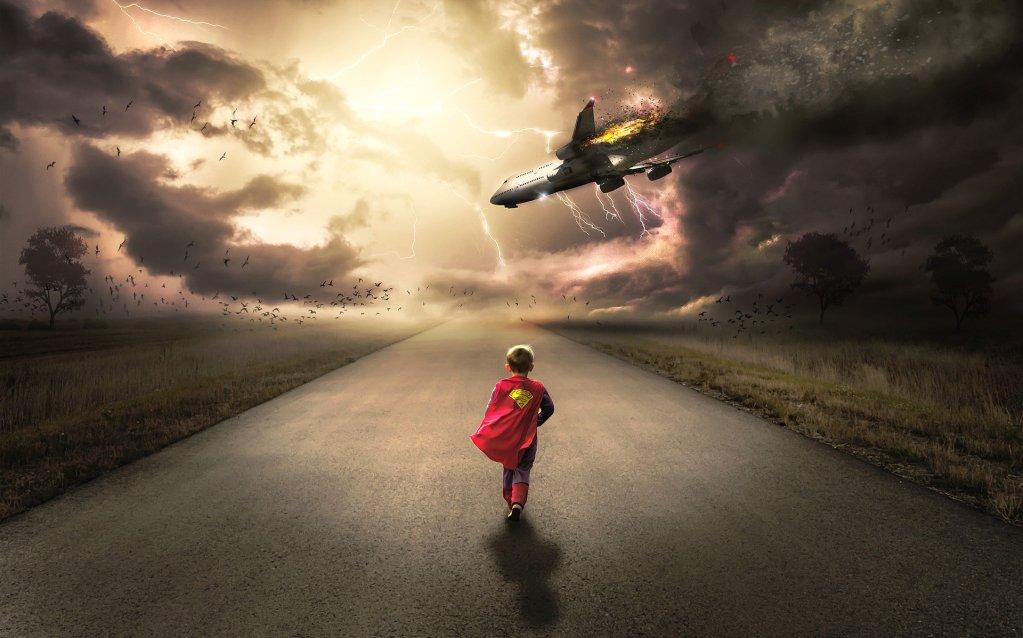 criança andando em direção a avião em estrada deserta