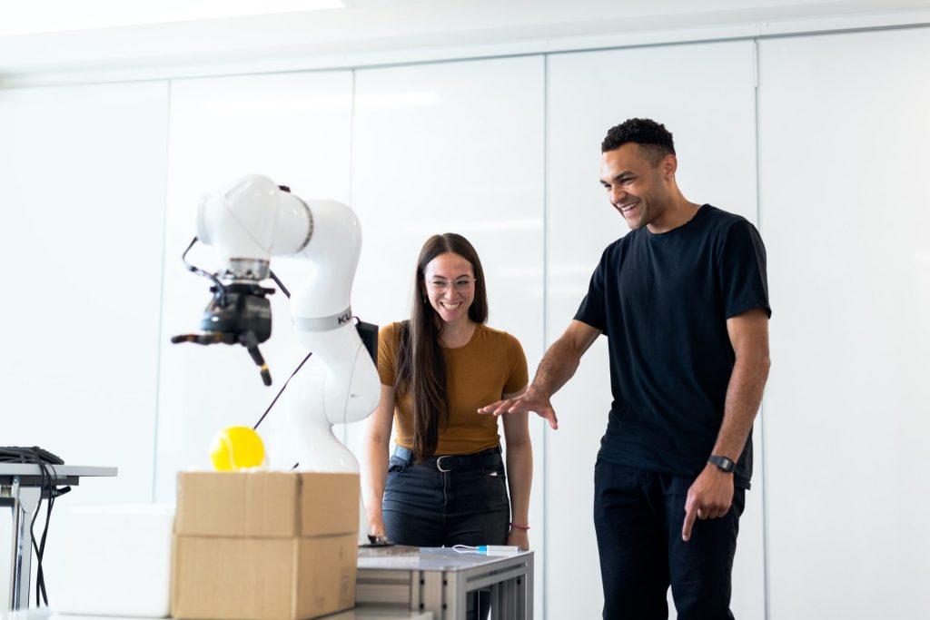 homem e mulher olhando para máquina diferente