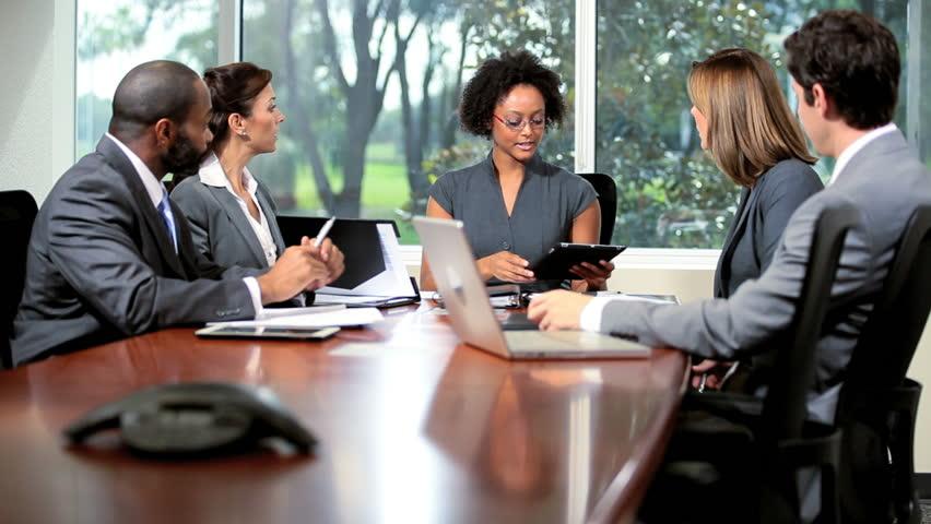 reunião de dois homens e tres mulheres com negros e brancos empresário empreendedor