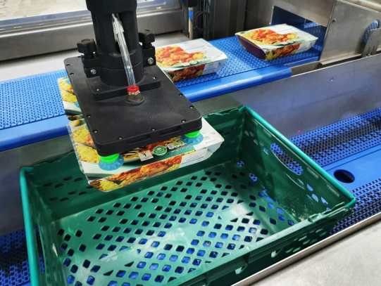 Brillopak's UniPAKer, for perfect product placement of fresh produce, meat/fish packs and ready meals into crates.