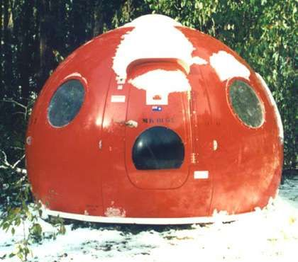 Icewall One_s Igloo Satellite Cabin Twarts Harsh Weather and Lunging Bears _architecture trendhunter.com