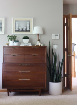 Master Bedroom Makeover Redesign with Inspiration from Emily Henderson using Mid-Century Modern Furniture and Textures with the Caitlin Wilson Textiles Kismet Rug and a Brass Mirror from Restoration Hardware.